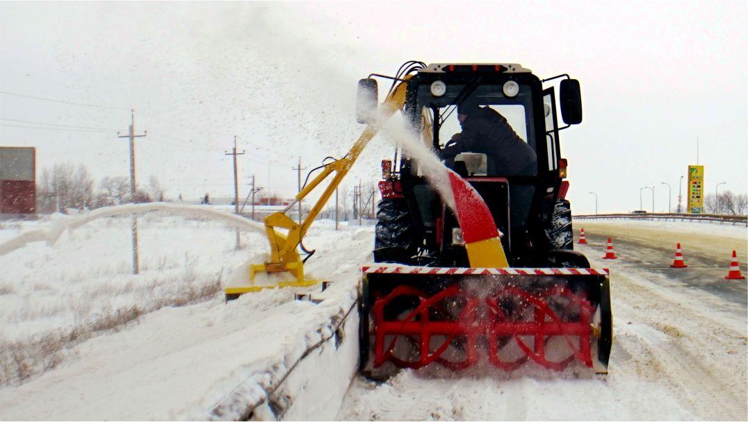 Уборка снега одновременно паеред ограждением и за ним